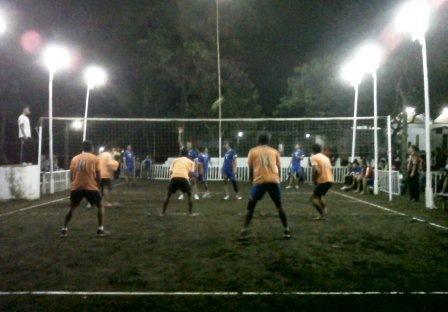 ujicoba lapangan bola voli untuk turnamen kosek cup iv 2013