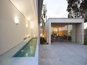 piscina de diseño con cubierta