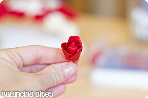 How to make small gumpaste roses (27)