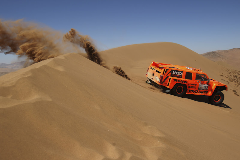 COPIAPO, CHILE - JANUARY 07:  Robbie Gordon of the USA drives his Hummer through the sand dunes on stage during stage seven of the 2012 Dakar Rally from Copiapo to Copiapo on January 7, 2012 in Copiapo, Chile.  (Photo by Bryn Lennon/Getty Images,)