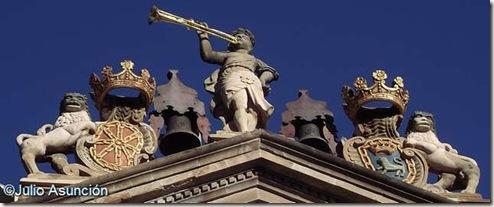 La fama y los leones portando los escudos de la Pamplona y de Navarra - Ayuntamiento de Pamplona
