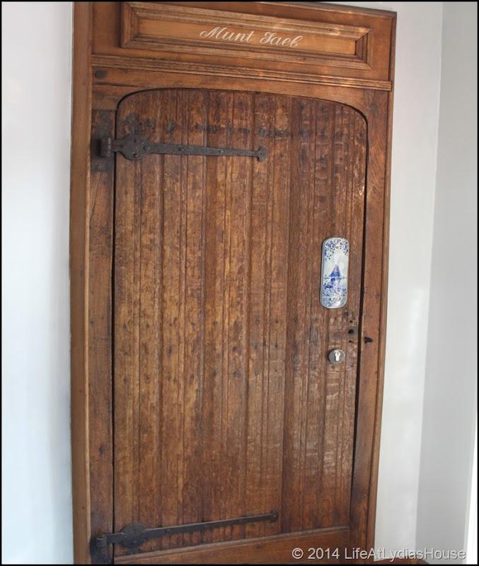 Delftware door ornament
