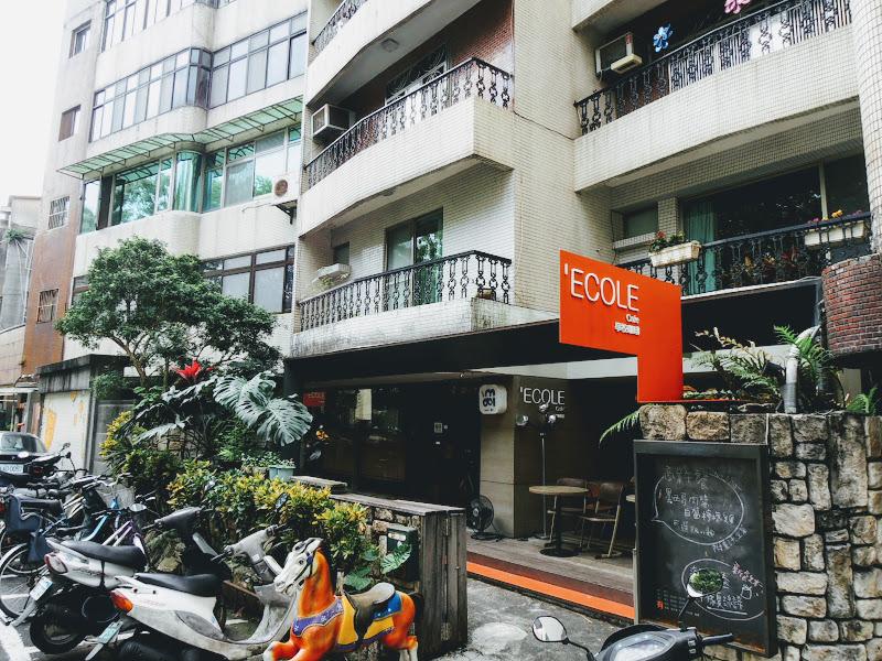 學校咖啡館 EcoleCafe' 門口.jpg