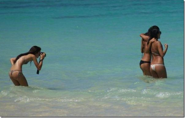 Tirando foto das amigas na praia