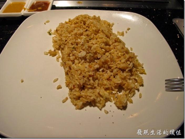 美國-路易斯威爾(Louisville) Sake Blue日本料理。這就是分給我的炒飯,感覺旁邊的阿豆仔的炒飯份量比我的多很多啊,不知道是否看我是東方人胃口小的關係,我真的吃不完那麼多的炒飯。