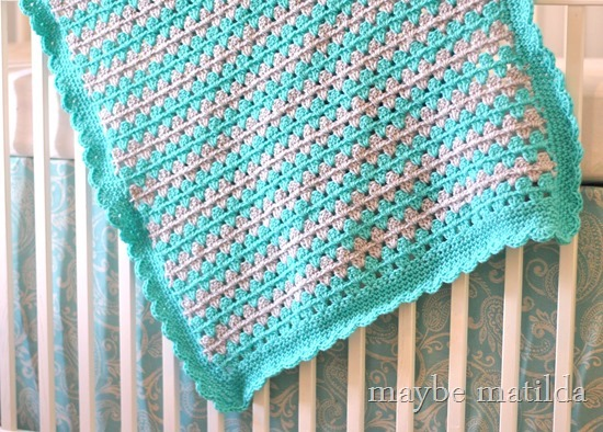 Tutorial and photo step-by-step to crochet this sweet granny stripe baby blanket!