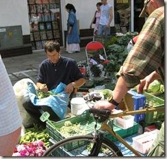 Vendendo favas na rua