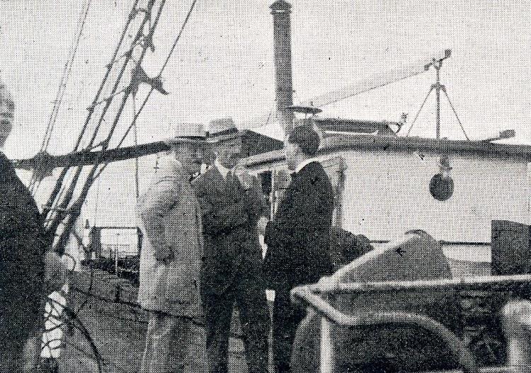 El Gobernador Militar de Gibraltar y el Secretario Colonial conversando con el Director de la Compañia M H Bland, Mr. George Gaggero a bordo del GIBEL SARSAR. Vida Maritima. Año 1920.JPG