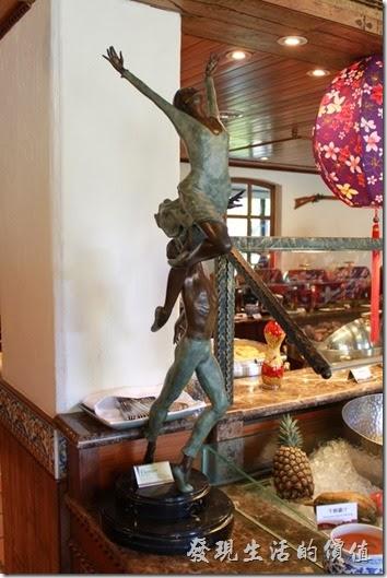 花蓮-理想大地渡假村-里拉西餐廳二樓有許多的銅鑄的雕塑作品,與渡假村的開放空間中擺放的大理石石雕有著不同的風格。