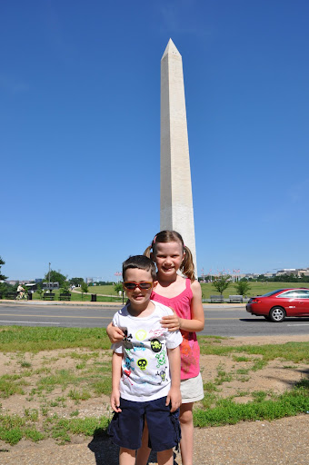 Eli and Natalie pose in front of the Washington Monument.