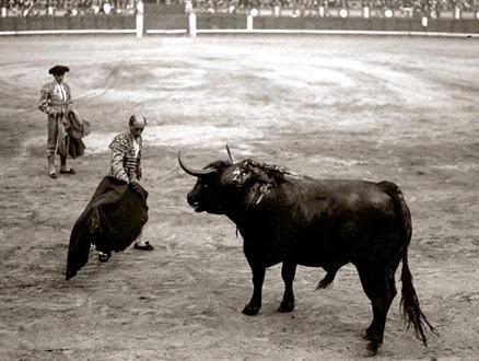 Rafael Gómez Ortega (EL GALLO). Nació en la madrileña calle de la Greda (hoy de los madrazo) el 17 de julio de 1882, pero se le ha considerado siempre sevillano porque de Sevilla fué toda su estirpe y a la vera de la Giralda se crió y residió toda su vida.<br />  Tomó la alternativa en la ciudad de Sevilla de las manos de Bombita (Emilio), el 28 de septiembre de 1902, con toros de Otaolaurruchi.<br />  este doctorado se lo confirmó Lagartijo-chico en Madrid el 20 de marzo de 1904, por cesión del toro Barbero, negro y de buen tipo, de la ganadería de Veragua.<br />  Su apogeo fué desde 1910 a 1914, en cuyos años se le considero imprescindible en todo cartel de altura; siguio toreando hasta el año 1935, en varios ciclos.