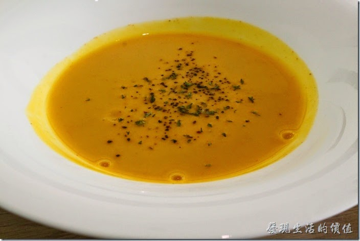 台南-L B_Coffee綠色咖啡廳。套餐中的前湯─南瓜濃湯。使用純南瓜下去熬煮,濃湯中沒有放什麼調味料,只有在上面灑了胡椒,第一口喝的時候只感覺到自然清甜,而沒什麼其他的味道,後面或著胡椒之後,可以稍稍嚐到一些不同的風味,再加上點鹽巴,味蕾才有了充分的享受,簡單自然就是美。