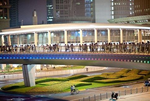 Gambar Pengunjung-mengagumi-jembatan-melingkar China