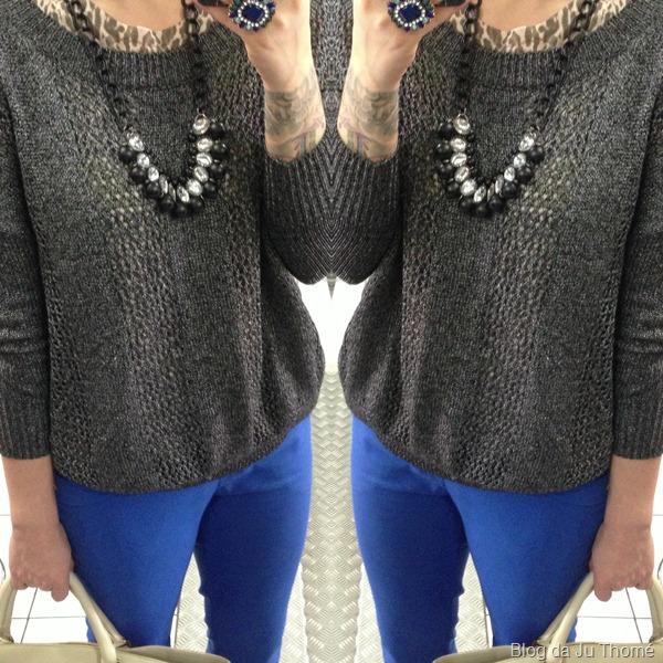 look com maxi tricot  SACADA, calça flare azul, bolsa off white e colar (2)