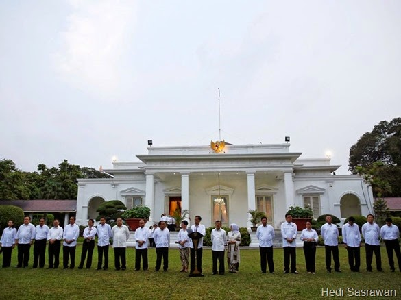 Indonesian President Joko Widodo (C), accompanied by first lady Iriana (11th L), Vice-President Jusuf Kalla (9th R) and his wife Mufidah (8th R), introduces his new cabinet at  the presidential palace in Jakarta October 26, 2014. President Widodo on Sunday assigned professional technocrats to lead the top economic ministries and implement much-needed reforms that address costly fuel subsidies, cooling investment and the country's creaky infrastructure.<br />REUTERS/Darren Whiteside (INDONESIA - Tags: POLITICS)