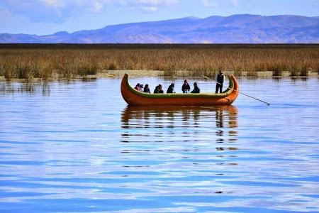 Barca traditionala pe lacul Titicaca