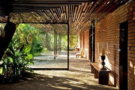 cubierta-vigas-de-madera-casa-brick-kiln-spasm-design-architects