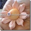 Flor de biscuit para lembrancinha de maternidade 4