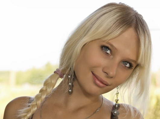 427663_blondinka_lico_vzglyad_kosa_2048x1365_(www.GdeFon.ru)
