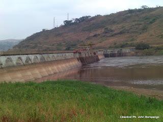 Une vue du bassin de captage d'eau Inga 1. L'on remarque clairement que le niveau d'eau a sensiblement baissé de plus de 6m de hauteur. Radio Okapi/Ph. Michel Kifinda