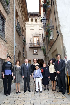A: BLANCA ALDANONDO<br />F: 28/03/2011<br />P: DE IZDA. A DCHA.; ELMA SAINZ DELGADO, ELENA TORRES MIRANDA, MIGUEL SANZ SESMA, LA REINA SOFIA, FRANCISCO JAVIER MARIN MONTOYA, MARIA FORCADA GONZALEZ, (?????) Y LUIS CASADO OLIVER<br />L: TUDELA<br />T: VISITA REAL DE LA REINA SOFIA A LA CASA DEL ALMIRANTE (FUNDACION MARIA FORCADA) Y A LA INAUGURACION DEL TEATRO GAZTAMBIDE