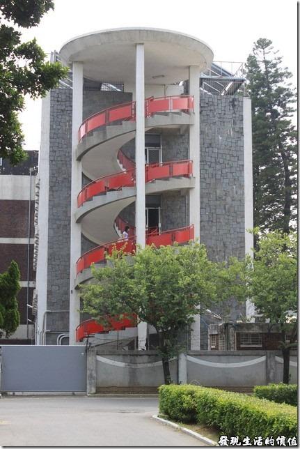 台南-成大二十一世紀。這應該是成大的女生宿舍,圍牆鐵絲網一樣不少,不過這個螺旋樓梯倒是蠻特別的。