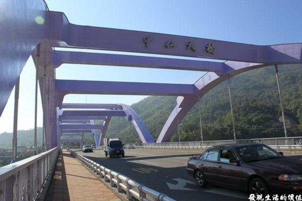 於2010年6月26日重建完成啟用通車的甲仙大橋,聽說晚上的甲仙大橋會發出21種不同色彩的LED造型燈光,可惜無法待到晚上。