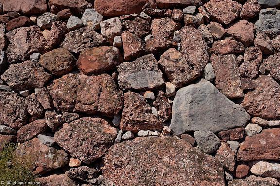 Murs de pedra seca de gres vermell i calcària, els Rogerals, serra de la FigueraEl Lloar, Priorat, Tarragona