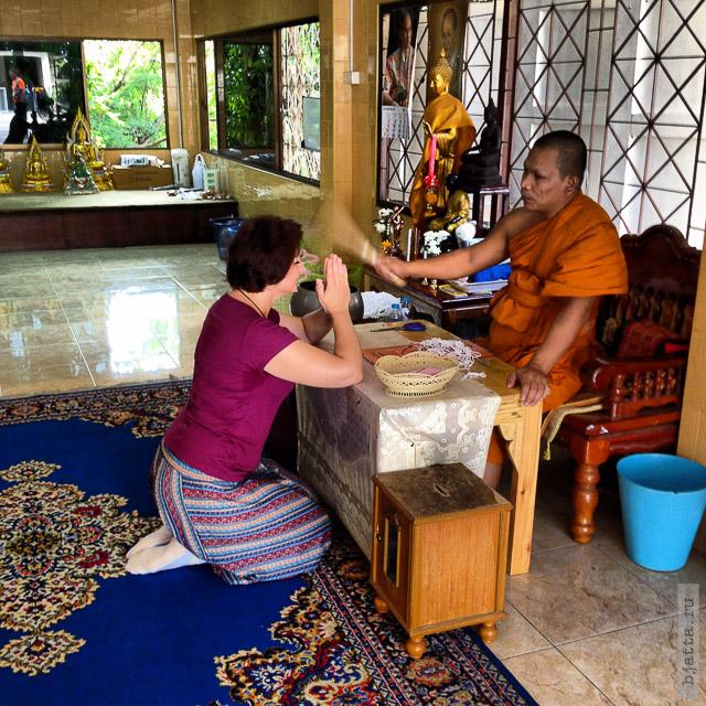 7. 2555. Таиланд. Патайя. Храм Будды. Thailand. Pattaya. Buddha temple. Как привяжут духа, обязательно мокрым веником по лбу.