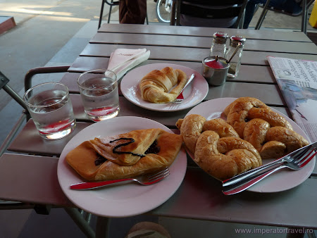 2. mic dejun frantuzesc in Laos.JPG