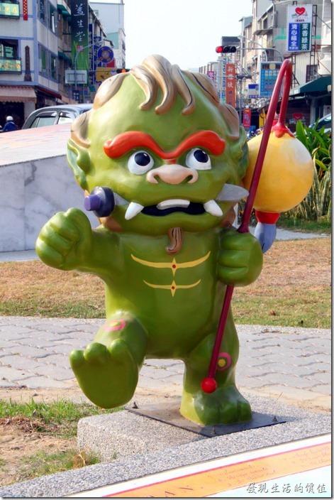 台南-安平劍獅公園-道路將軍。綠色劍獅-道路將軍,代表人物是林習山,手持燈籠為橋梁、路燈及入山福鎮。