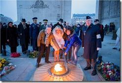 Momento en que la Embajadora Hernadez de Grullon realiza el avivamiento de la flama del Soldado Desconocido