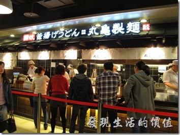 丸龜製麵-台南新光三越中山店滿滿的人潮跟座無虛席的座位。