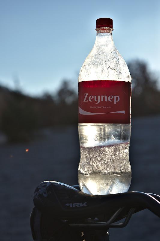 Imparte o cola cu Zeynep, mai tarziu am aflat ca Zeynep e nume de fata si inca n-am gasit-o sa impart o cola cu ea. Oricum frig.