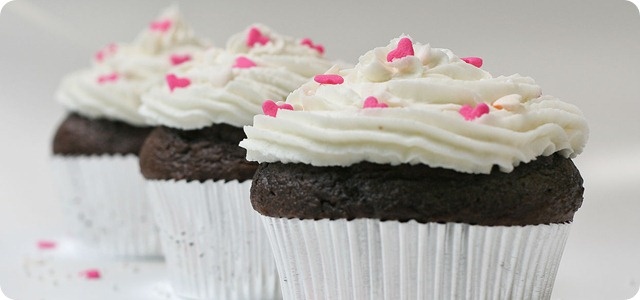 1280px-Cupcake_with_sugar_hearts_and_nonpareils