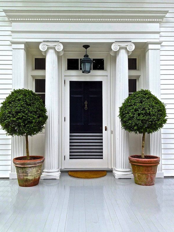 Black white is always right la dolce vita for Potted plants by front door