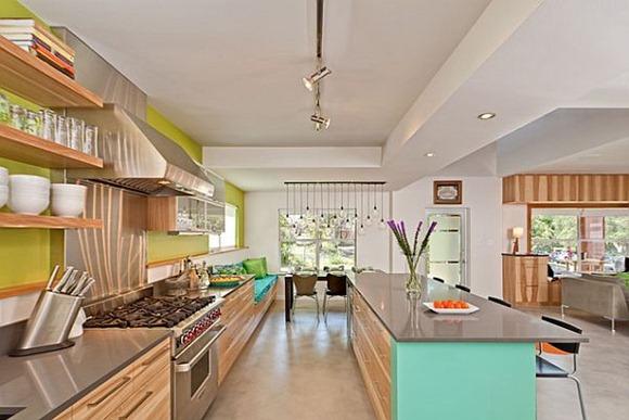 Pared verde en la cocina hace que sea una experiencia llena de color