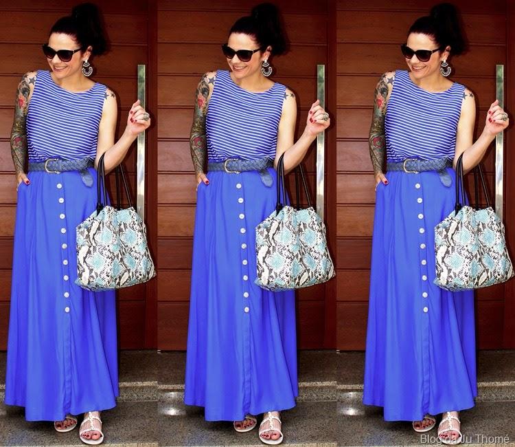 look saia longa azul, blusa listrada e bolsa estampada2