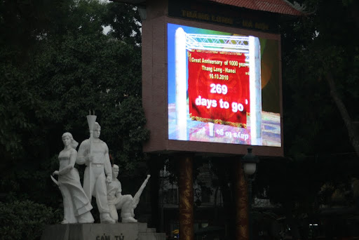 Big LCD screens announce the countdown until Hanoi&#039;s 1000th birthday.