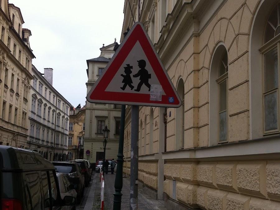 Знак пешеходного перехода меня развеселил