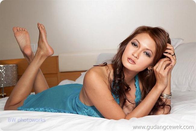 Model Seksi Di Atas Ranjang [ www.BlogApaAja.com ]