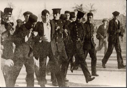 1.918 Soldados de Artilleria llevandose a un detenido
