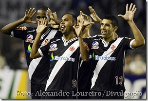Jogadores do Vasco comemoram o gol da vitória sobre o Coritiba, no estádio São Januário [Foto - Alexandre Loureiro]