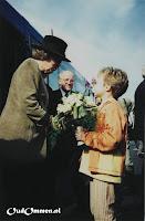 Ellenoor van der Veen overhandigt het bosje groene rozen (2) - Foto: A v.d. Veen - de Lange - Lemele