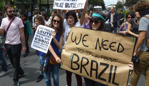 16jun2013---grupo-fez-uma-manifestacao-em-berlim-na-alemanha-neste-domingo-16-em-solidariedade-aos-protestos-contra-o-aumento-na-tarifa-do-transporte-publico-que-tomaram-as-grandes-cidades-do-brasil-1371414040217_1920x10