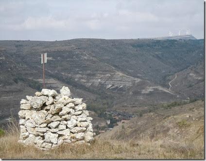 La Cotorra de Rozas, y la Peña Otero al fondo. Sedano  (Burgos)