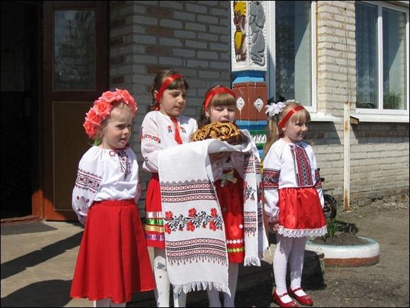 Вихованці дитсадка у Вишневі зустрічають поважних гостей