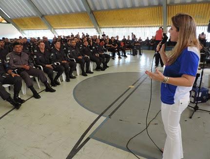 Kalina Leite fala com policiais que participam da Capacitação