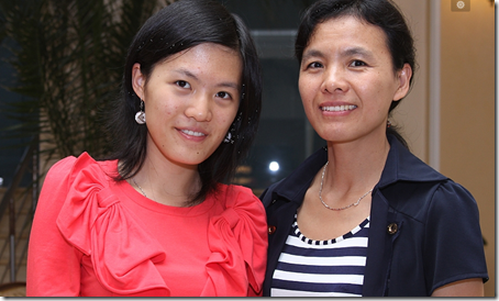 Hou Yifan with her mom.