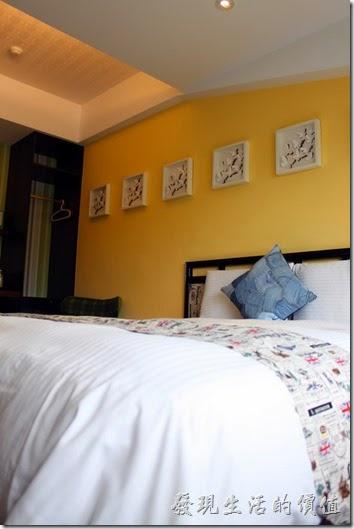 墾丁-冒煙的喬雅客商旅。床頭的牆壁上還有好多蝴蝶剪紙的掛畫。